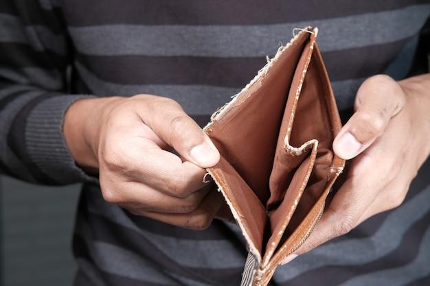 Рука человека открыть пустой бумажник с копией пространства.