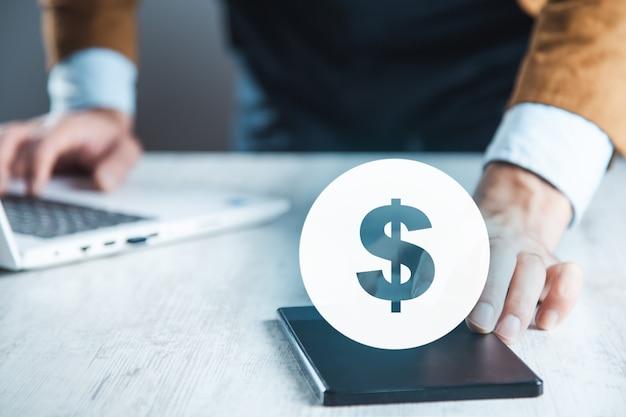 Человек рука телефон и знак доллара на экране