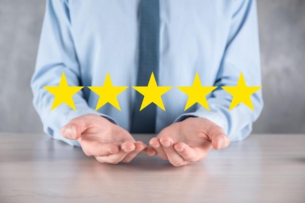 Смартфон руки человека, показывающий на пятизвездочном отличном рейтинге. указывая пятизвездочный символ, чтобы повысить рейтинг компании. обзор, повышение рейтинга или ранжирования, оценки и концепции классификации
