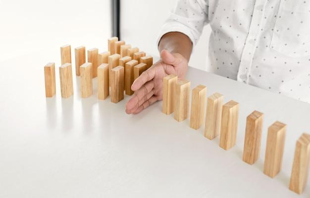マンハンドストップ木製ブロックは他の木製ブロックを保護しますコンセプト管理と戦略計画のリスク