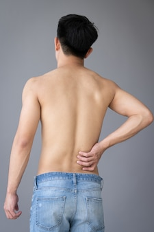 Рука человека касаясь боли в спине