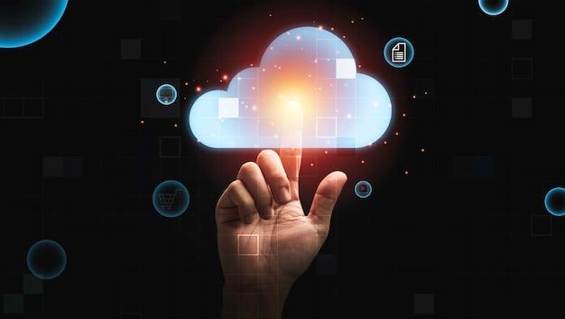 Рука человека касаясь виртуальных облачных вычислений для загрузки загружаемой информации данных, концепции преобразования технологии.