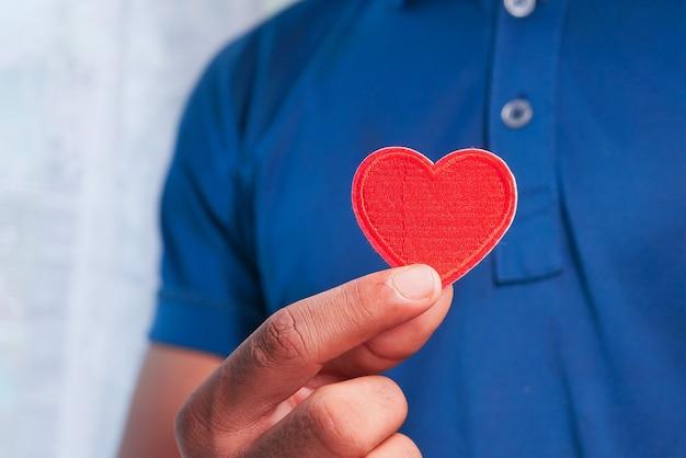 Рука человека с сердцем. крупным планом.