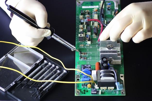 Человек вручает инструменты для пайки микросхем