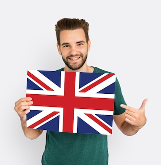 Le mani dell'uomo tengono il patriottismo della bandiera del regno unito dell'inghilterra