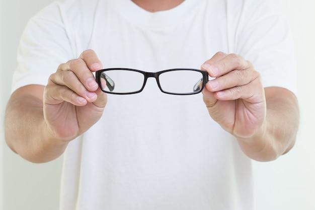眼鏡を保持している男の手