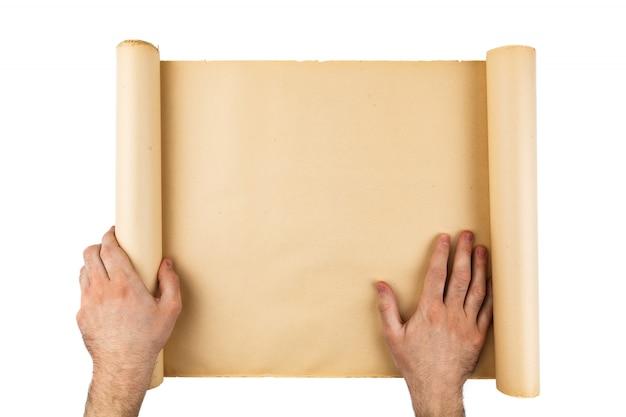 남자 손 들고 오래 된 스트레스 종이 롤. 빈 공간, 텍스트, 복사, 글자를위한 공간. 세로 배경.