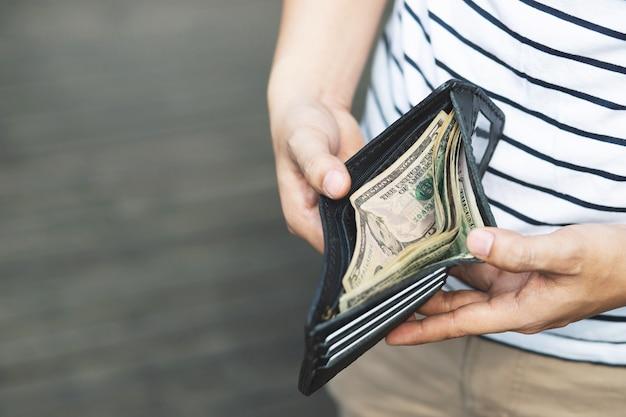 Человек руки держит бумажник, пустой бумажник