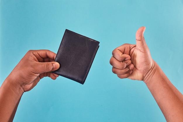 財布の中のお金を探している男の手。お金のない財布。