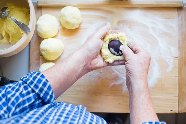 生地、食品のコンセプトからおいしい梅餃子を作る男の手