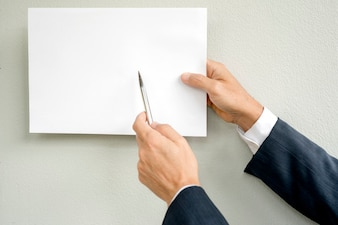 人の手が白い紙を嘲笑います。