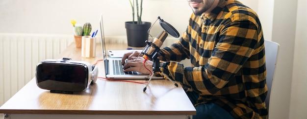 Человек руки печатает на компьютере во время записи подкаста