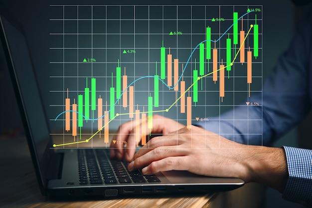 Человек руки печатает на клавиатуре для исследования фондового рынка