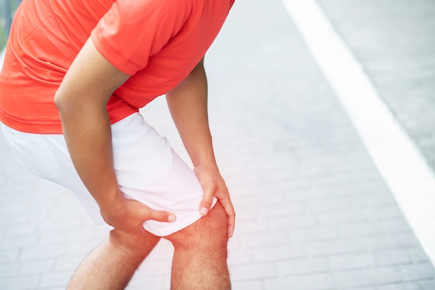 A man has a lot of knee pain