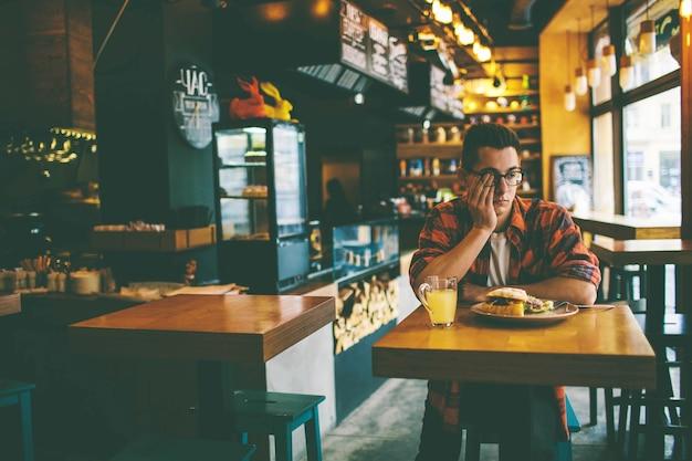 남자는 식당에서 식욕이 없다
