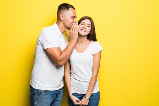 L'uomo ha un segreto dagli altri e ha una conversazione tranquilla con la sua ragazza