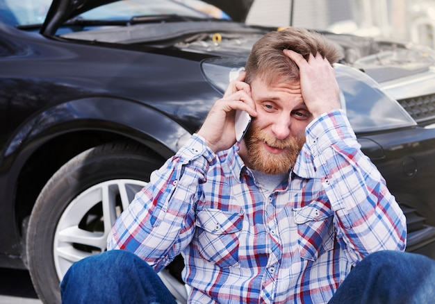 彼の車に問題を抱えている男