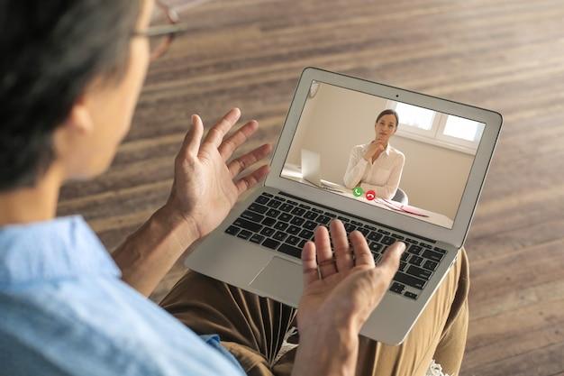 Человек, имеющий видео звонок со своим врачом