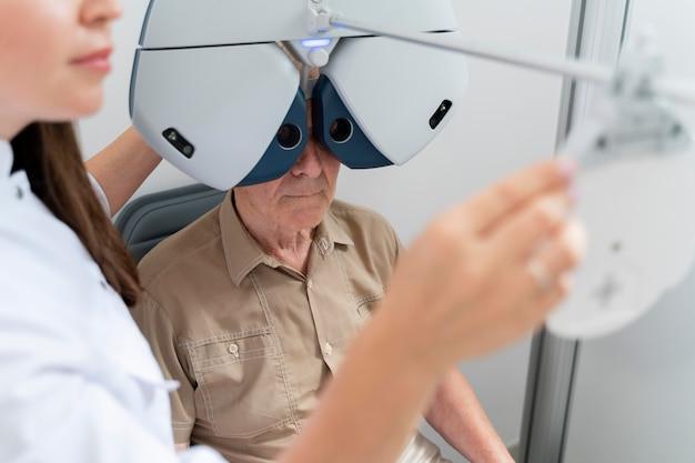 안과 진료소에서 시력 검사를 받는 남자