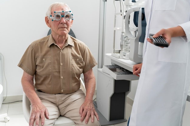 Человек, проверяющий зрение в офтальмологической клинике
