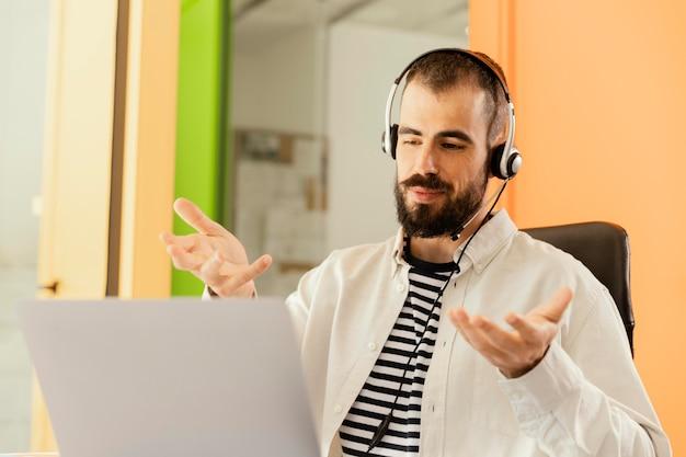 작업에 대 한 온라인 회의하는 남자