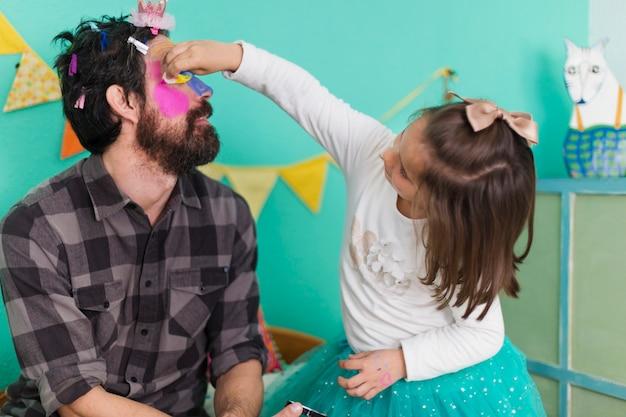 Человек, имеющий салон красоты с дочерью