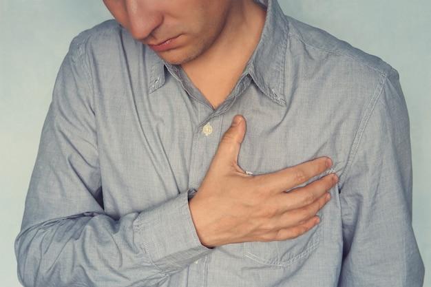 Мужчина болит в груди, сердечный приступ. душевная боль, душевные страдания. любовные страдания и переживания концепции