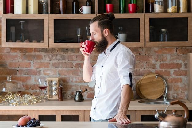 Мужчина пьет кофе по утрам