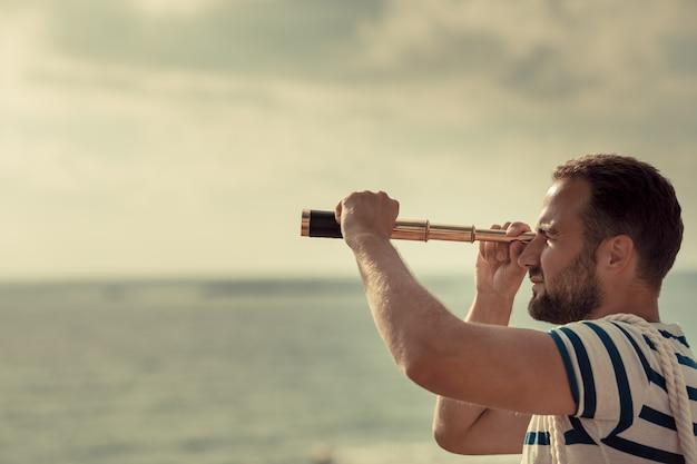 Человек веселится на летних каникулах