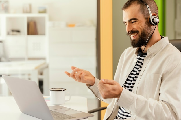 Uomo che ha una riunione online per lavoro
