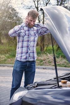 Uomo che ha un problema con la sua macchina