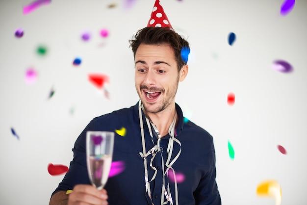 Uomo che ha un motivo per festeggiare