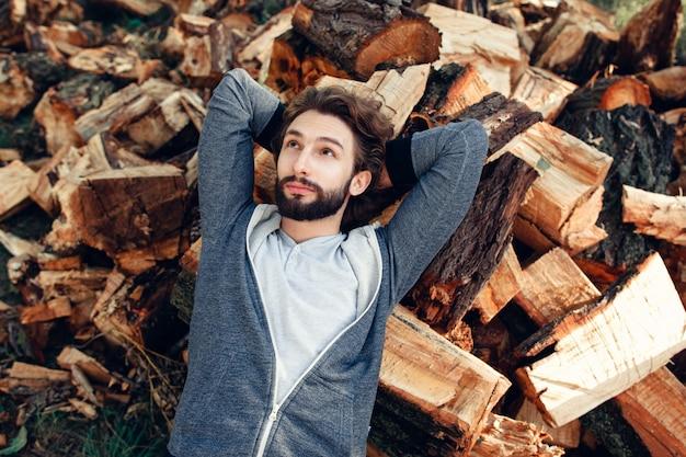 木の上面図の山で休んでいる男。