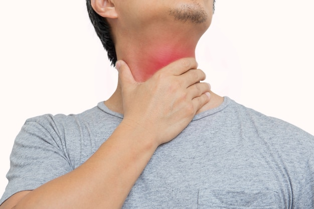 Человек имея боль в горле и касаясь его шее islated в симптоме коронавируса пути клиппирования.