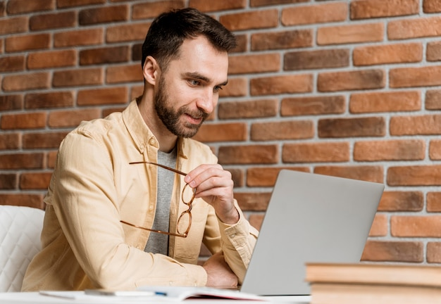 ノートパソコンでビデオ通話をしている男