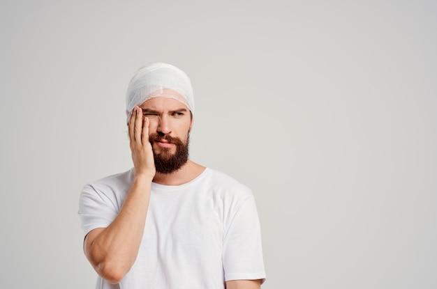 男の頭と腕の怪我健康問題明るい背景