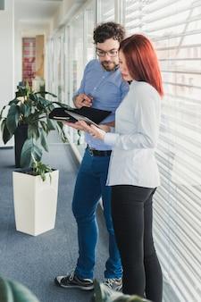 Человек помогает коллеге в работе
