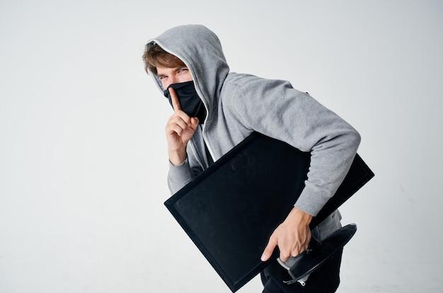 Человек скрытая маска с капюшоном на голове компьютерный монитор кража стелс