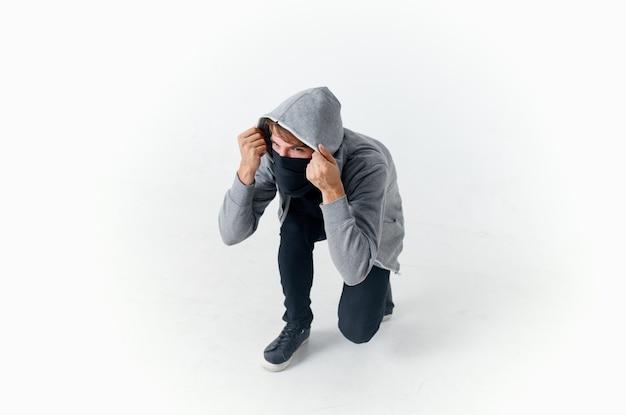 Человек прячет лицо за капюшоном преступление хакер осторожно анонимность