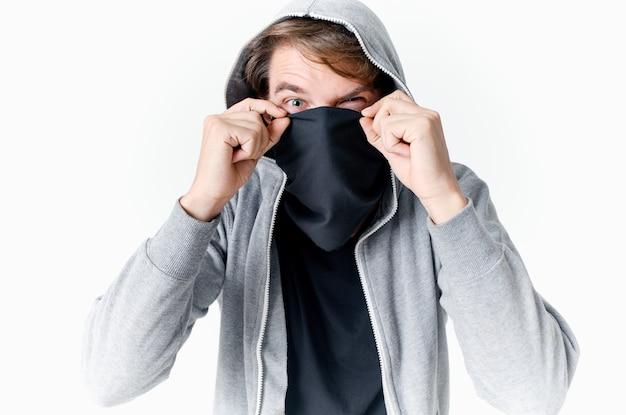 후드 익명 범죄 절도 근접 촬영으로 마스크 아래에 그의 얼굴을 숨기고 남자