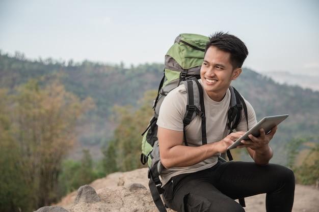 Человек турист с помощью планшетного пк