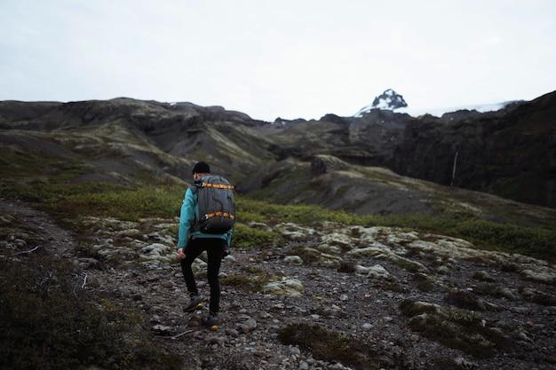 アイスランドの南海岸でハイキングする男