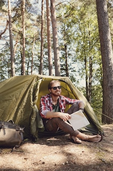 森でのハイキングの男