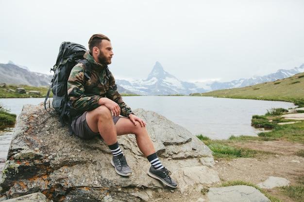 Человек, идущий на гору маттерхорн летом в районе города церматт, швейцария