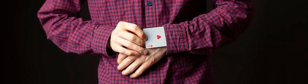 Человек держит туз в рукаве и трюки с картами b