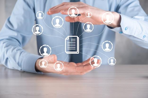 남자 보유 문서 및 사용자 아이콘입니다. 기업 데이터 관리 시스템 dms 및 문서 관리 시스템 개념입니다. 사업가는 기업 사용자와 연결된 문서를 클릭하거나 게시합니다.