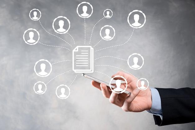 남자 보유 문서 및 사용자 아이콘입니다. 기업 데이터 관리 시스템 dms 및 문서 관리 시스템 개념입니다. 기업인은 기업 사용자와 연결된 문서를 클릭하거나 게시합니다.