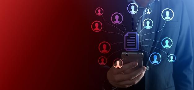人間はドキュメントとユーザーアイコンを保持します。企業データ管理システムdmsとドキュメント管理システムの概念。ビジネスマンは、企業ユーザーに関連するドキュメントをクリックまたは公開します
