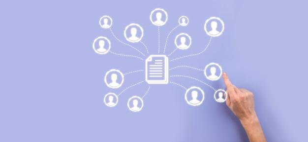 Человек держать документ и значок пользователя. корпоративная система управления данными dms и концепция системы управления документами. бизнесмен нажимает или публикует документ, связанный с корпоративными пользователями