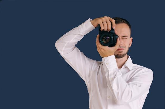 남자 사진 수업에서 dslr 카메라를 잡으십시오
